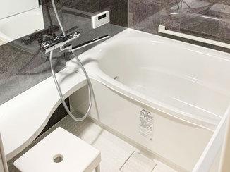 バスルームリフォーム 石柄の全面パネルで高級感のあるバスルーム